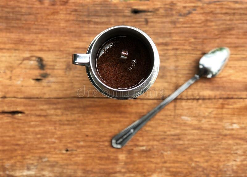 Estilo del café de Vietnam, café del goteo, café molido en filtro inoxidable en el agua de cristal del descenso que espera imagen de archivo libre de regalías