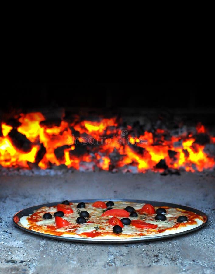 Estilo del italiano de la pizza de la hornada imagen de archivo libre de regalías