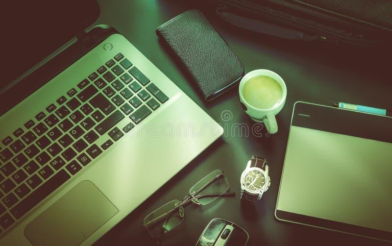 Estilo del negocio, ordenador, teléfono, vidrios imagen de archivo libre de regalías