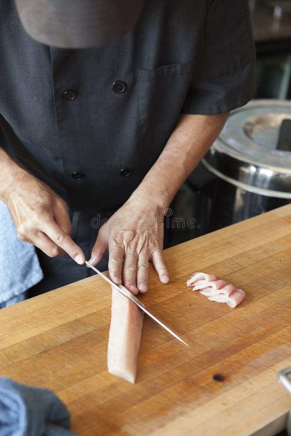 Estilo del sashimi de los pescados del corte del cocinero de sushi fotos de archivo libres de regalías