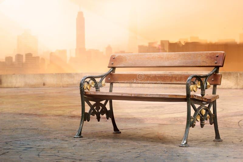 Estilo del tono del color del vintage de la antigüedad del banco de madera con salida del sol en el fondo vibrante fotos de archivo