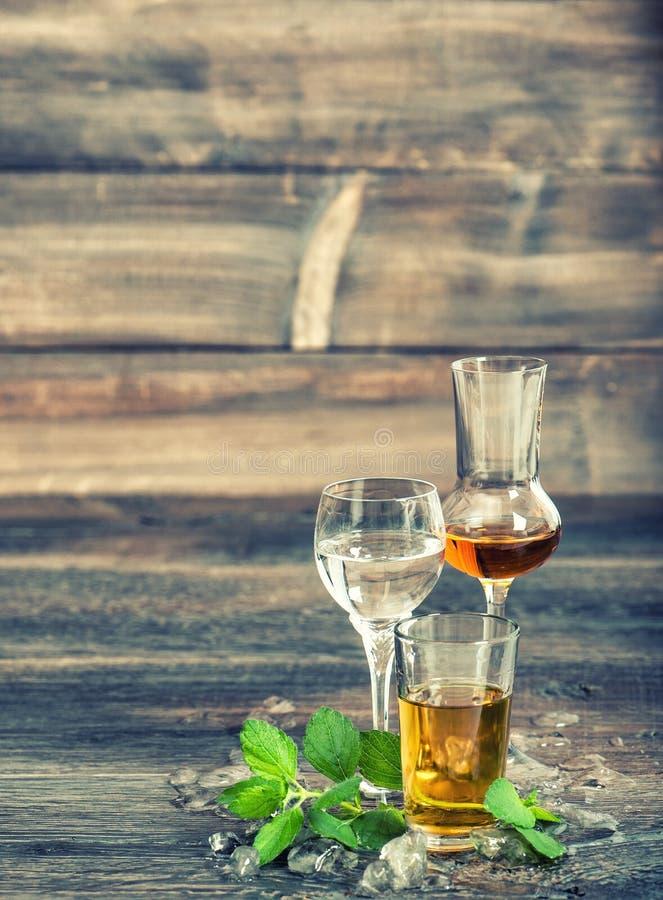 Estilo del vintage de las hojas de menta del hielo de las bebidas alcohólicas imagen de archivo