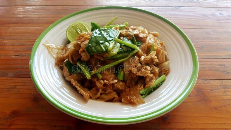 Estilo do asiático dos macarronetes de arroz fritado imagem de stock