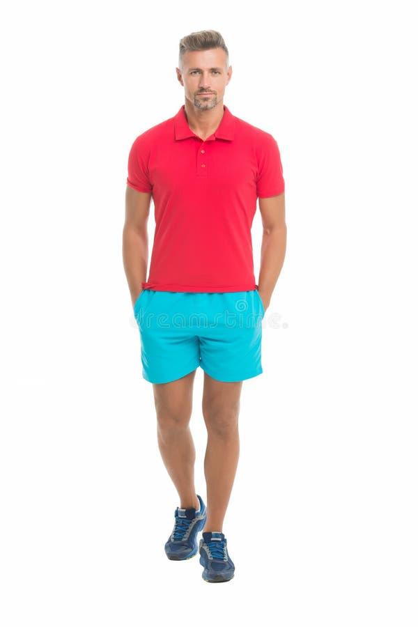 Estilo do esporte Menswear e roupa elegante Cara da calma do homem que levanta o fundo seguramente branco O homem olha consideráv imagem de stock