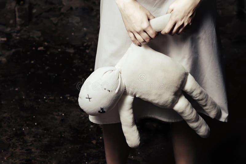 Estilo do horror disparado: boneca do moppet em alguém mãos fotos de stock