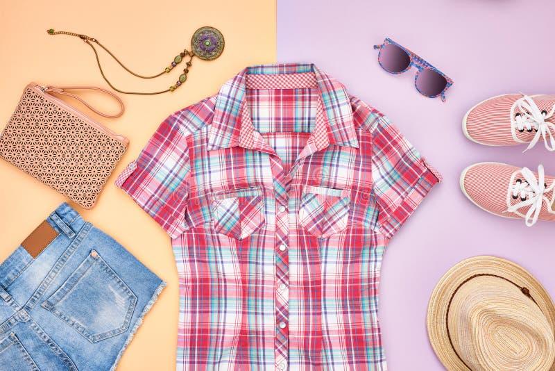 Estilo do moderno Roupa da menina da forma do verão ajustada fotos de stock royalty free