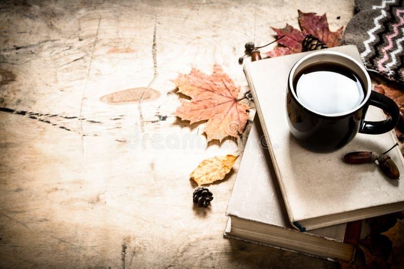 Estilo do outono Café com livros velhos fotografia de stock royalty free