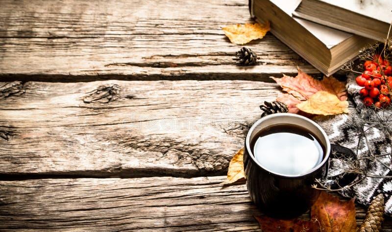 Estilo do outono Café com livros velhos imagem de stock