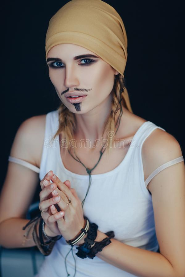 Estilo do pirata do homem para uma mulher imagens de stock