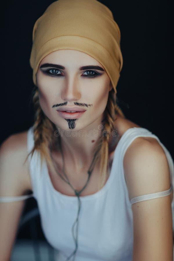 Estilo do pirata do homem para uma mulher foto de stock