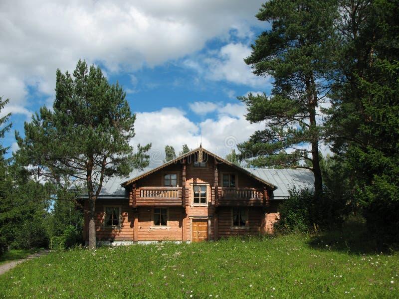 Estilo do russo. Casa de madeira imagens de stock