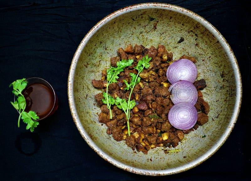 Estilo do Sul da Índia Espicar carne frita com chá preto foto de stock royalty free