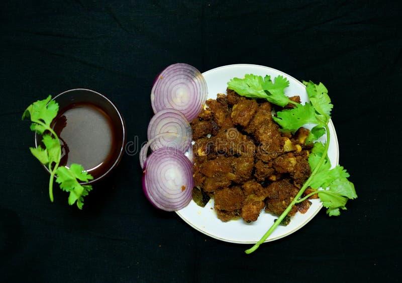 Estilo do Sul da Índia Espicar carne frita com chá preto imagem de stock royalty free