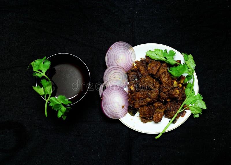 Estilo do Sul da Índia Espicar carne frita com chá preto fotos de stock