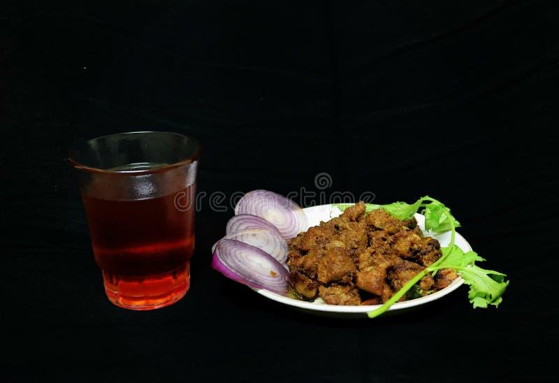 Estilo do Sul da Índia Espicar carne frita com chá preto fotografia de stock royalty free