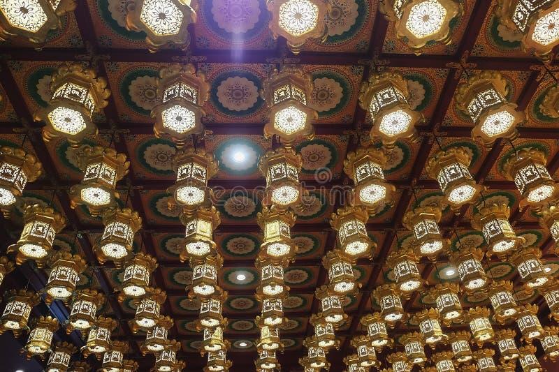 Estilo do vintage das lâmpadas que penduram do teto público do templo no pecado fotos de stock royalty free