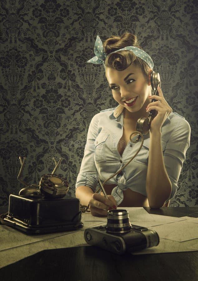 Estilo do vintage - mulher que fala no telefone com o telefone de seletor retro fotografia de stock