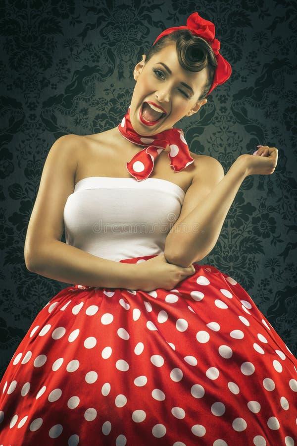 Estilo do vintage - a mulher sorri na roupa dos às bolinhas fotos de stock royalty free