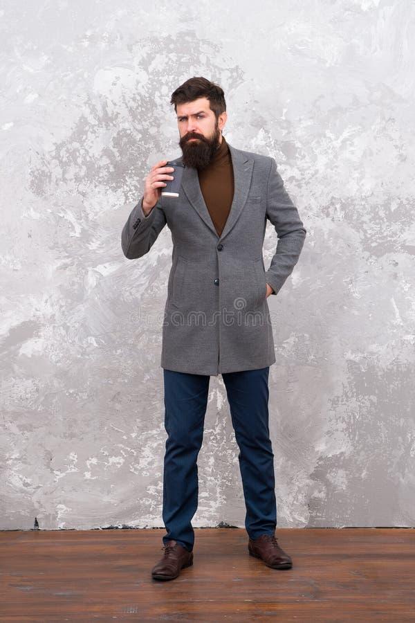 Estilo e inteligência Menswear e conceito da forma Modelo de forma brutal do indivíduo Executivos do estilo da forma ocasional imagem de stock