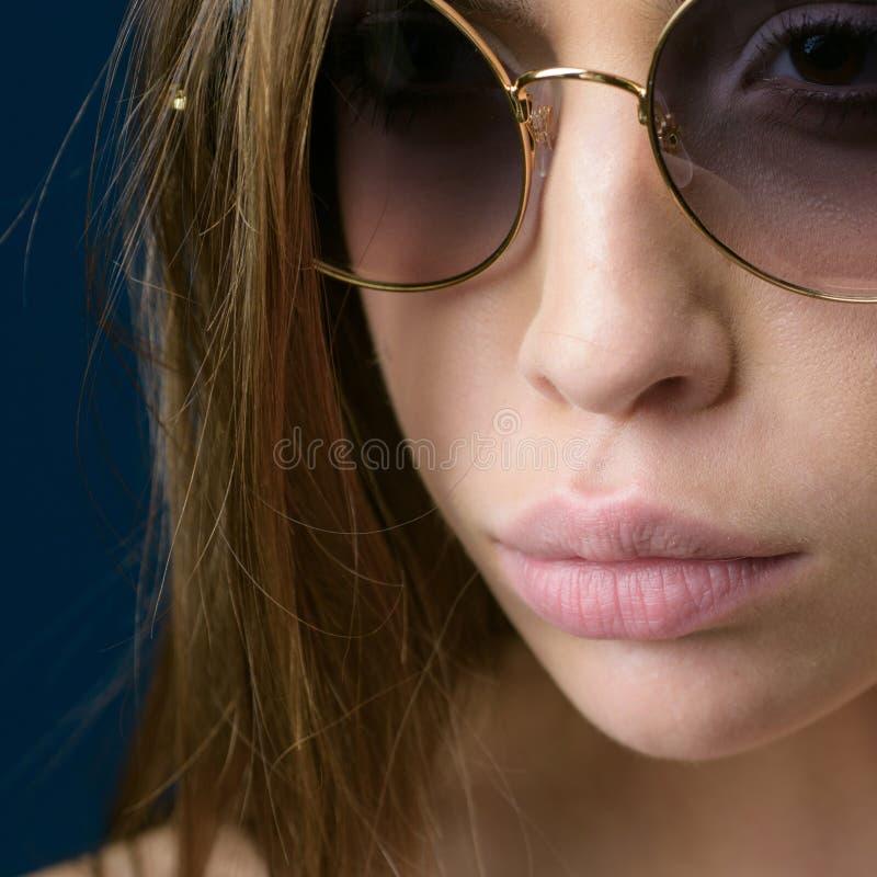 Estilo emocionante Vidrios bonitos del ojo del desgaste de mujer Mujer linda con el complemento Modelo de moda en vidrios de sol  imagenes de archivo