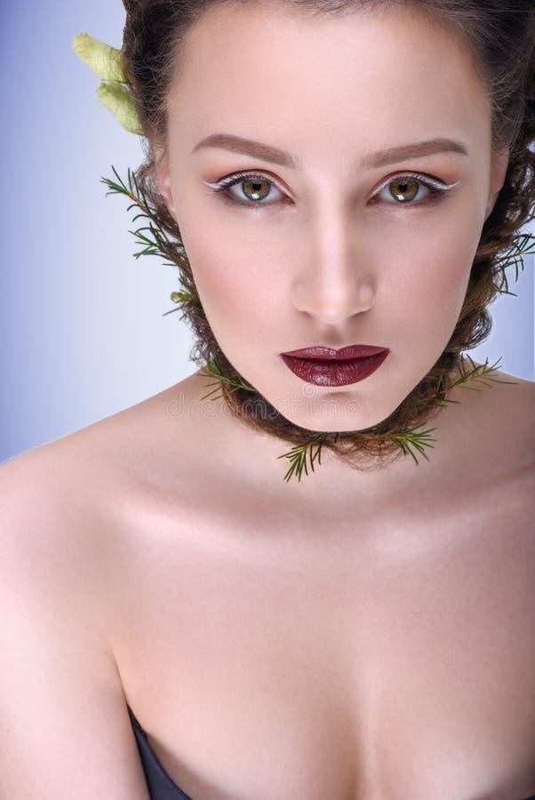 Estilo en el pelo y maquillaje para la ceremonia de boda imagenes de archivo