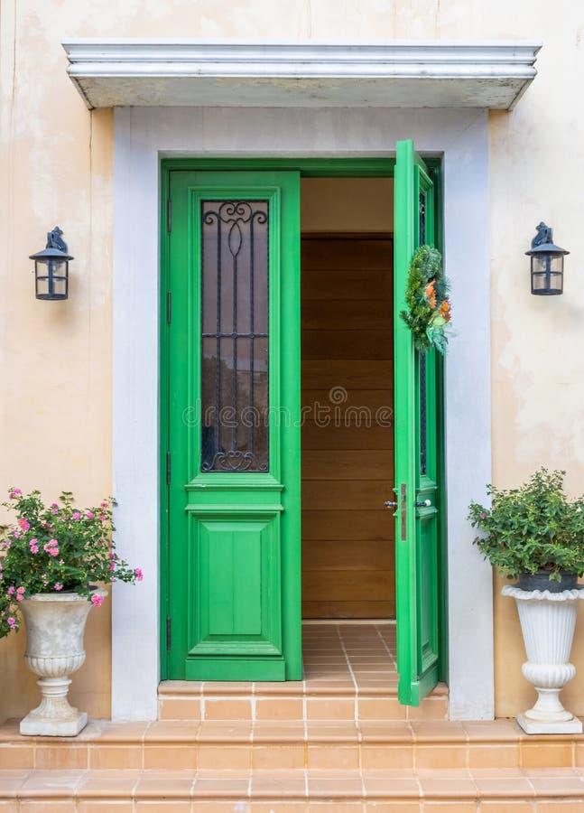 Estilo europeu da porta verde original imagens de stock royalty free