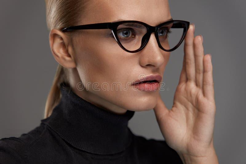 Estilo femenino de las gafas Mujer hermosa en lentes de la moda foto de archivo