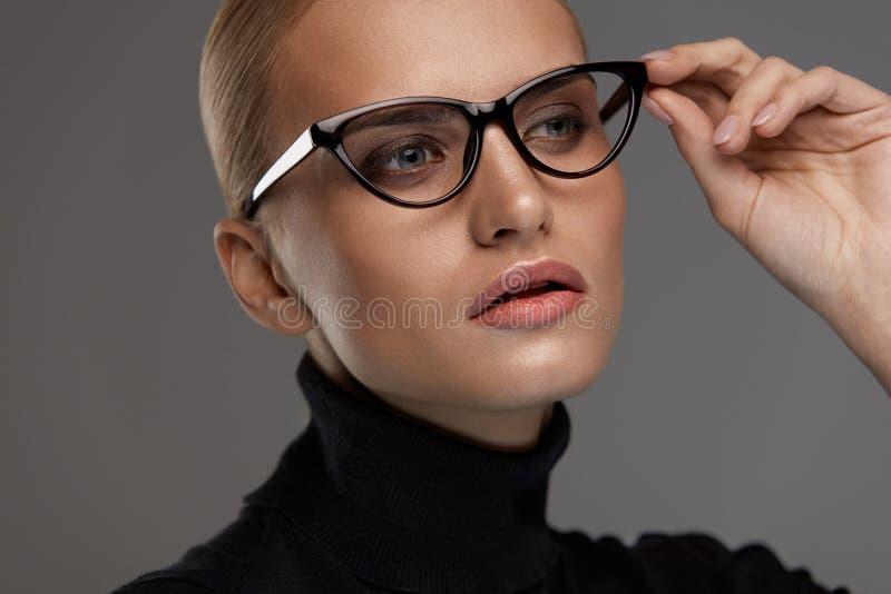 Estilo femenino de las gafas Mujer hermosa en lentes de la moda imagen de archivo