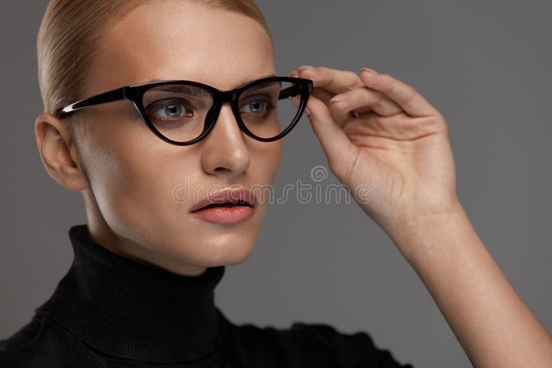 Estilo femenino de las gafas Mujer hermosa en lentes de la moda fotografía de archivo libre de regalías