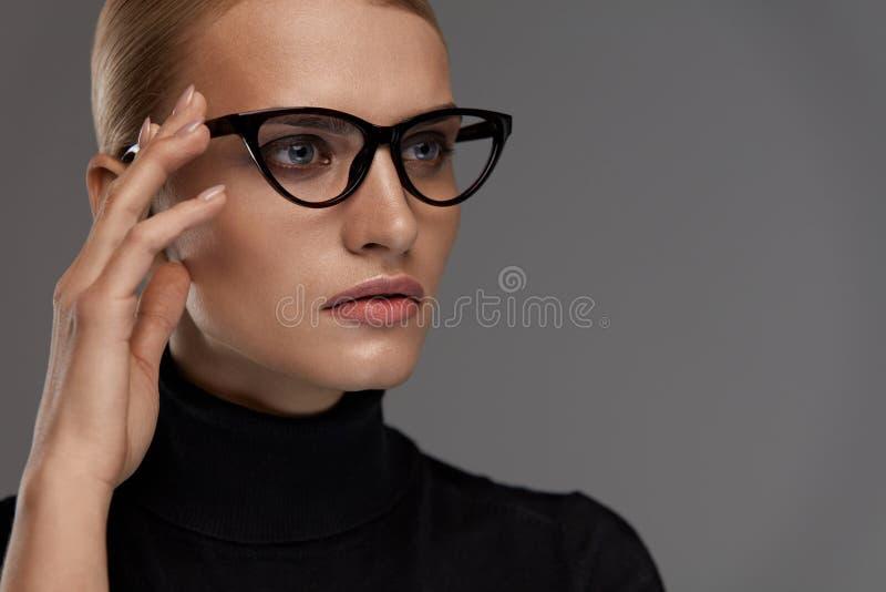 Estilo femenino de las gafas Mujer hermosa en lentes de la moda imagen de archivo libre de regalías