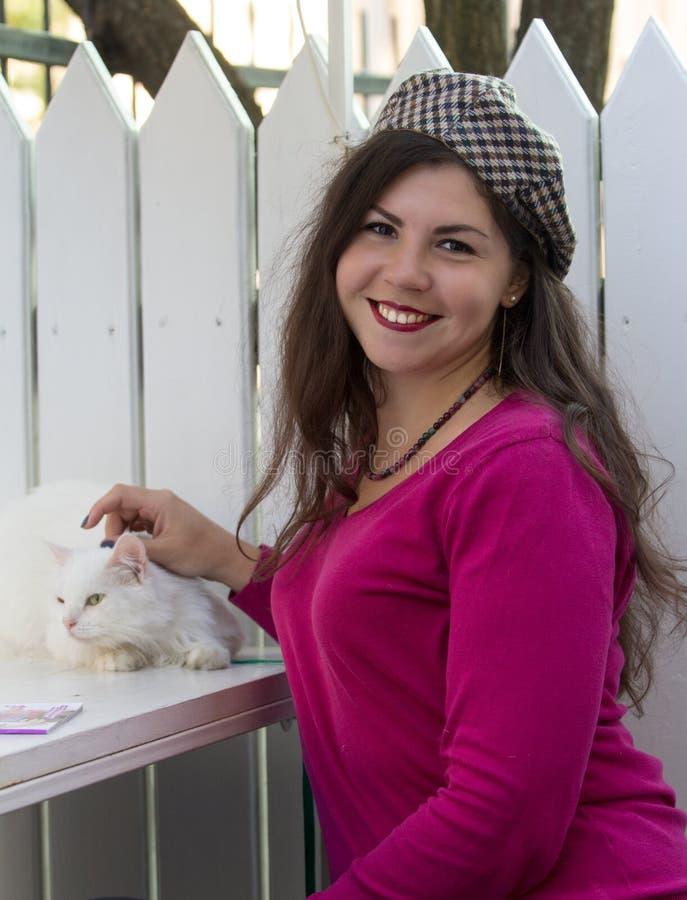 Estilo francês do gato positivo da mulher do sorriso do tamanho feliz imagens de stock royalty free