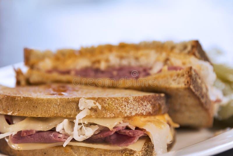 Estilo grelhado Reuben Sandwich do supermercado fino fotografia de stock royalty free