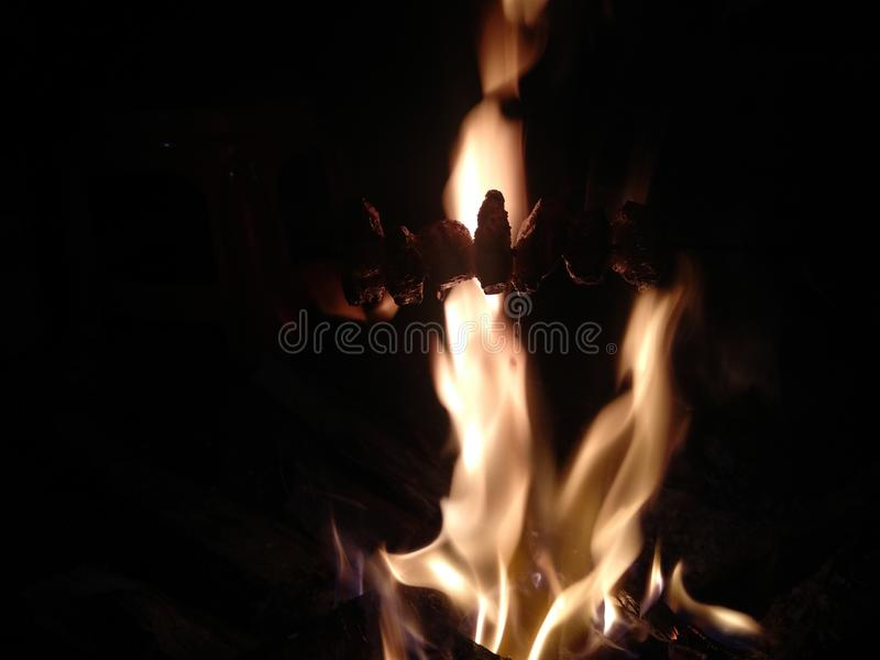 Estilo indio del cerdo del humo del pueblo del fondo del fuego imagen de archivo libre de regalías