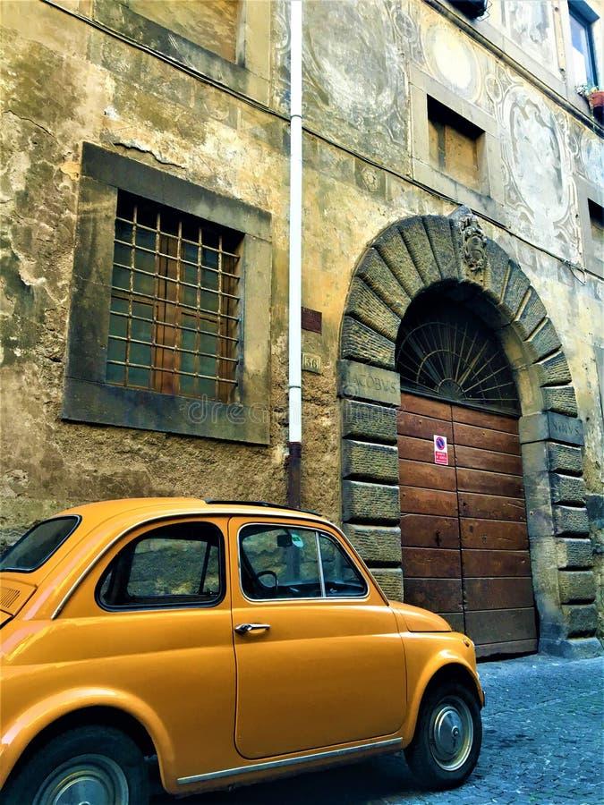 Estilo italiano, Fiat 500 Cinquecento, puerta y arco del vintage, arte e historia en la ciudad de Viterbo, Italia foto de archivo libre de regalías