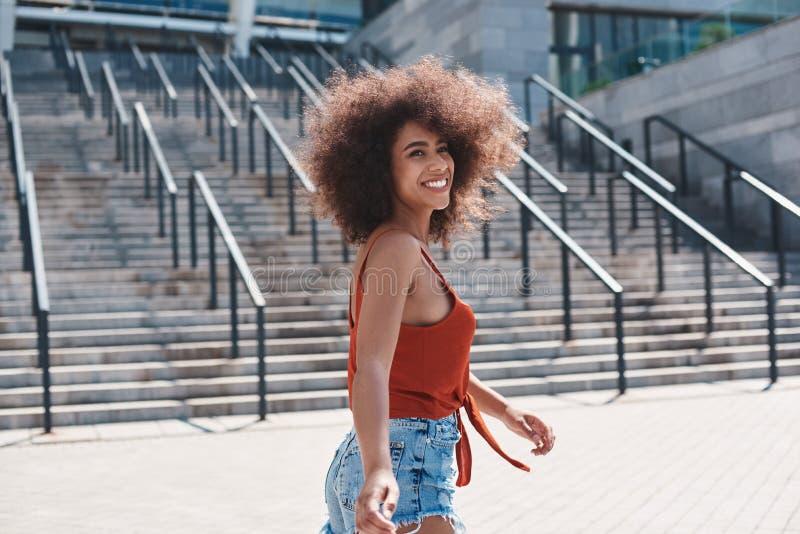 Estilo livre da jovem mulher na rua que corre perto da vista das escadas fotografia de stock