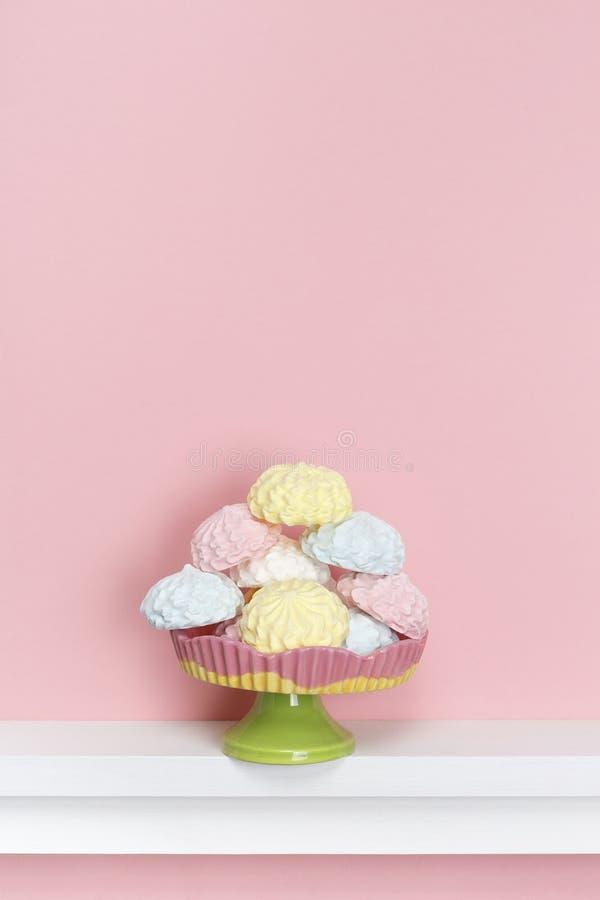 Estilo mínimo Merengues multicolores en un fondo del rosa en colores pastel fotografía de archivo libre de regalías