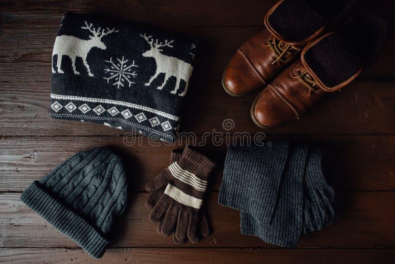 Estilo masculino do inverno em um fundo de madeira marrom foto de stock royalty free