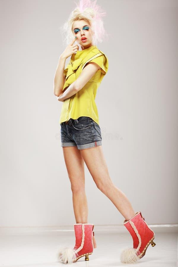 Estilo. Modelo de fôrma Ultramodern na roupa na moda. Individualidade imagem de stock