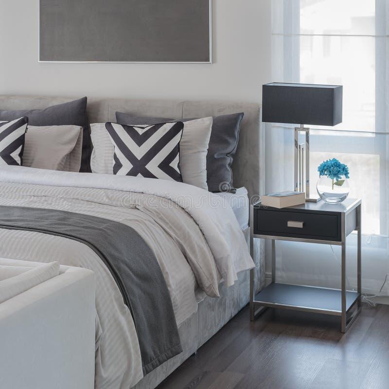 Estilo moderno blanco y negro del dormitorio con la cama moderna foto de archivo