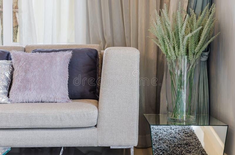 Estilo moderno da sala de visitas com as plantas no vaso de vidro fotos de stock royalty free
