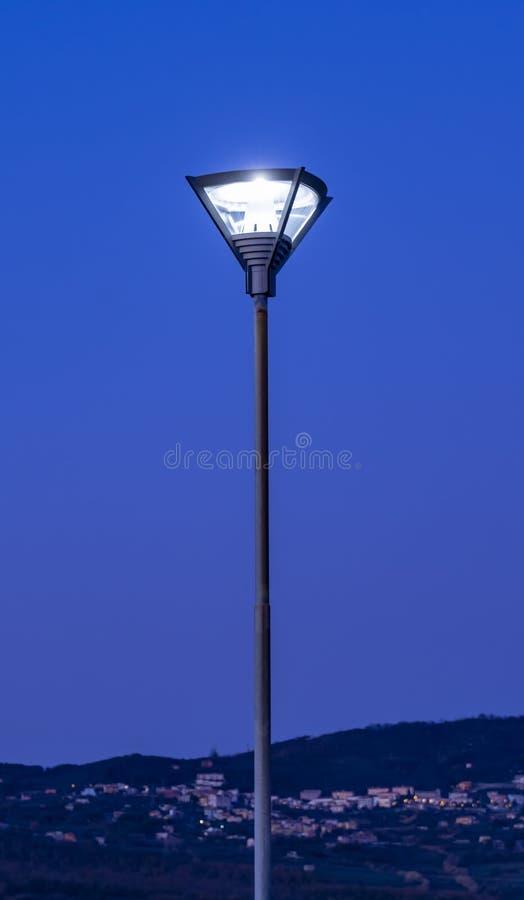 Estilo moderno de ferro com lâmpada de rua fotografia de stock