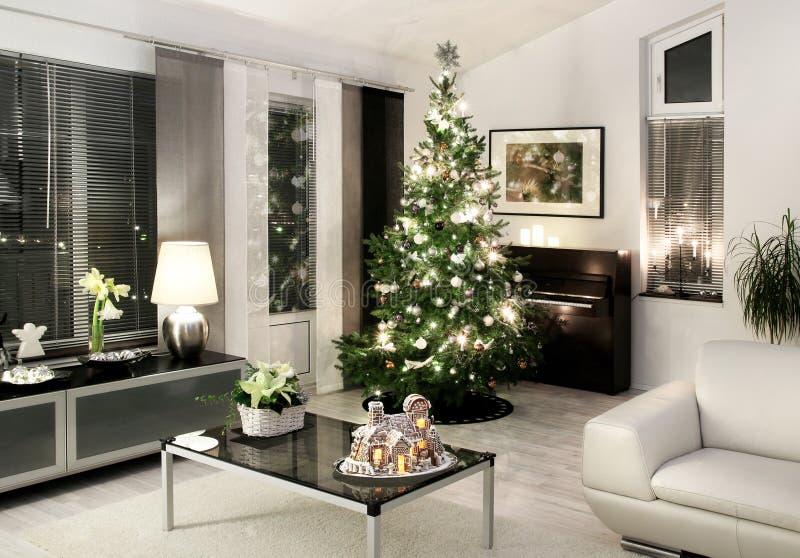 Estilo moderno do branco da sala de visitas do Natal imagem de stock royalty free