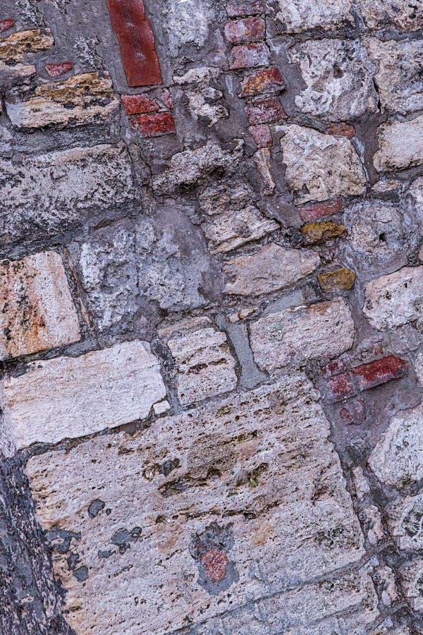 Estilo oblicuo resistido del desván de la base del modelo de la pared de piedra adoquín grande viejo del cemento del pequeño fotos de archivo