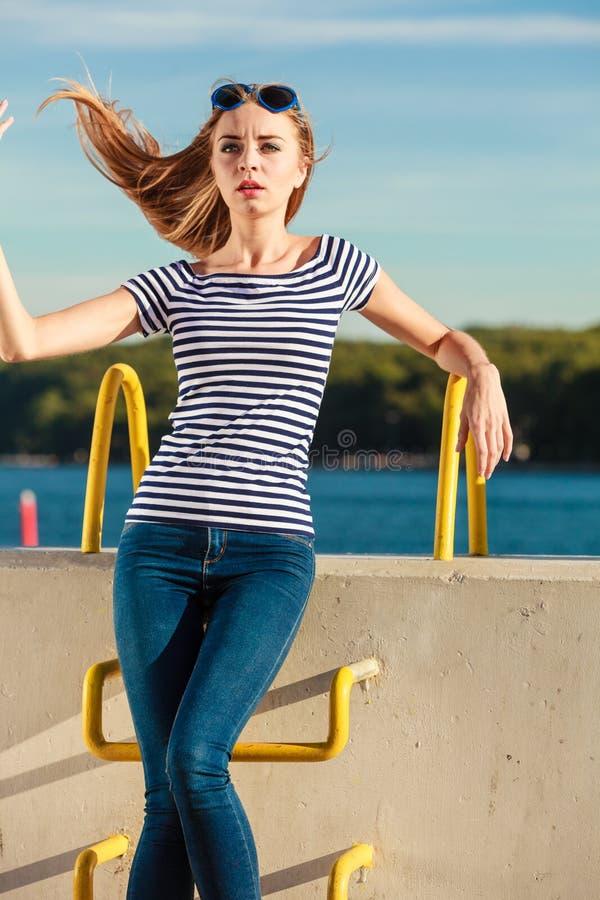 Estilo ocasional da mulher contra a parede de pedra fotografia de stock royalty free