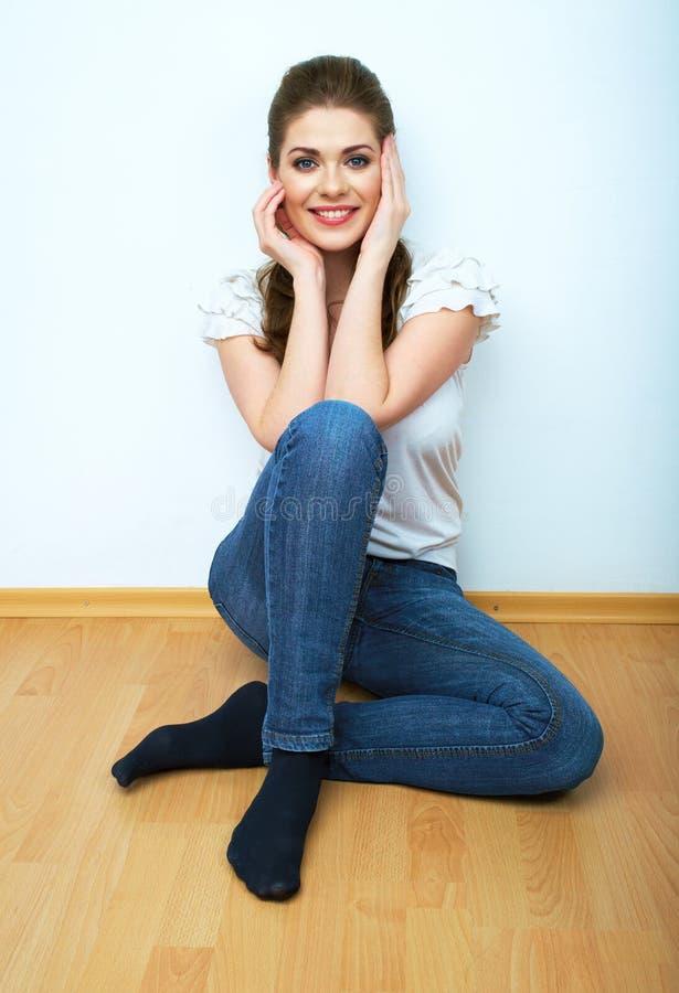 Estilo ocasional da mulher nova do assento da beleza vestido. imagem de stock