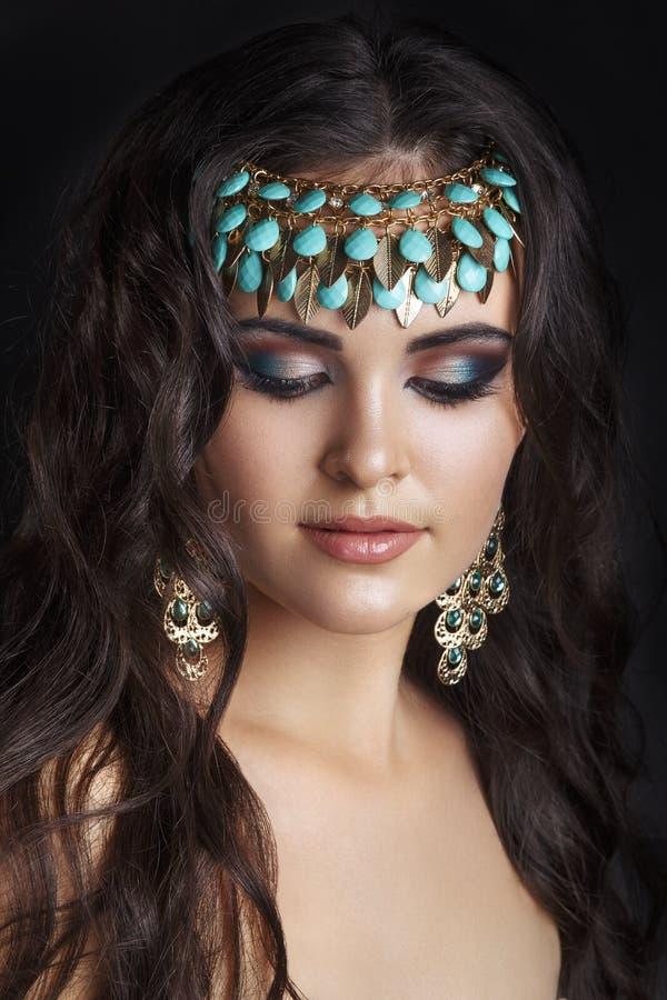 Estilo oriental Modelo árabe novo da mulher Pele limpa bonita, composição saturada Composição brilhante do olho e lápis de olho e foto de stock