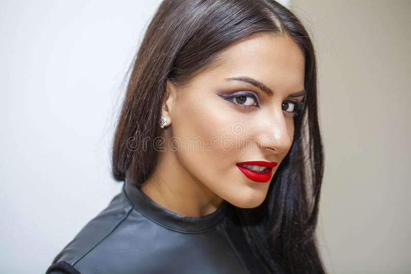 Estilo oriental Modelo árabe sensual da mulher Pele limpa bonita imagens de stock royalty free
