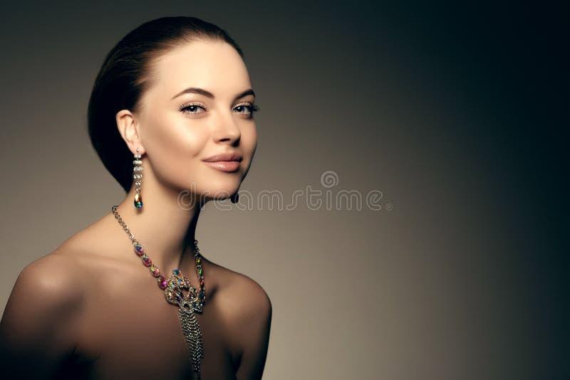 Estilo Po de Vogue da alta-costura de Girl Beauty Woman do modelo de alta-costura foto de stock royalty free