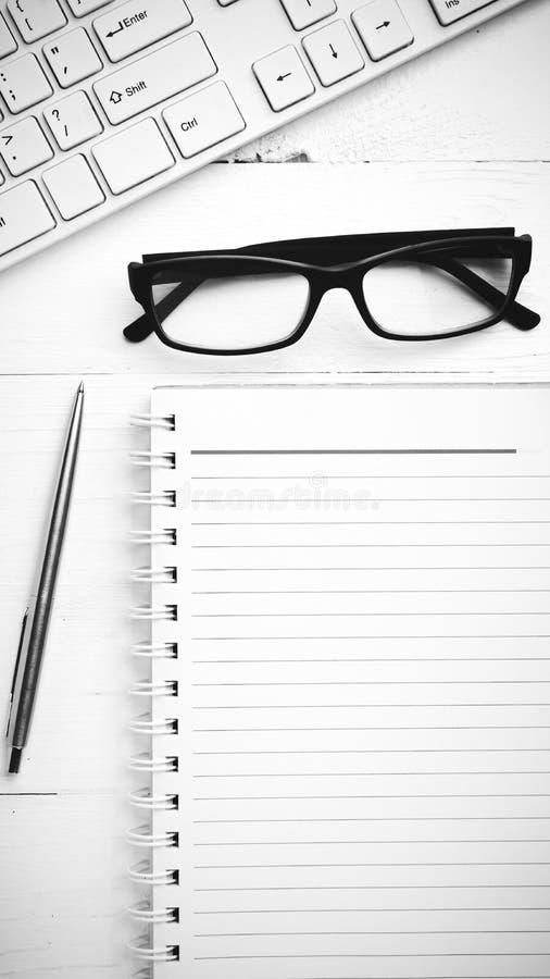 Estilo preto e branco da cor de tom do computador e do bloco de notas imagem de stock