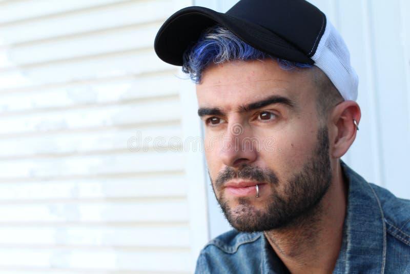 Estilo punky de la moda del disco azul urbano atractivo emocional del pelo fotos de archivo